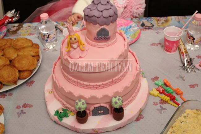 Naz'ın Pastası; Prenses ve Şatosu