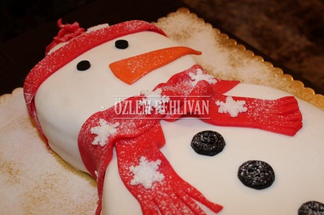 Kardan Adam Eşliğinde Yılbaşı Pastası