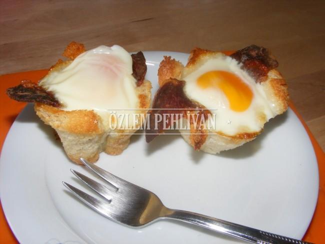 Tost Ekmeğinde Pastırmalı Yumurta