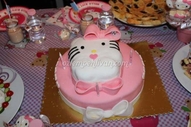 Hello Kitty Şeker Hamurlu Pasta